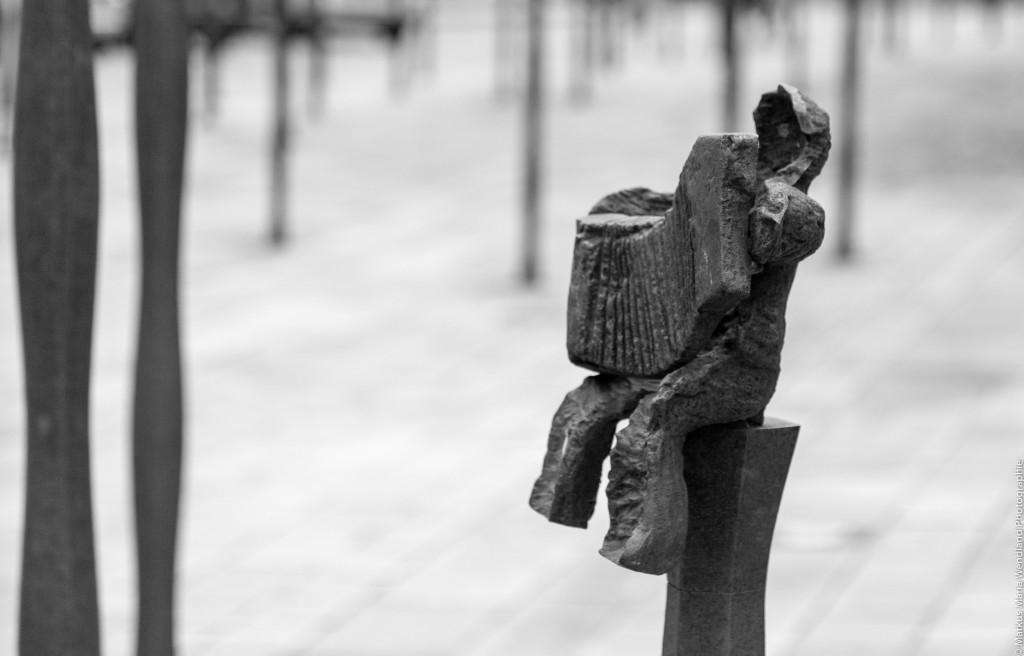 Skulptur vor Collégiale Saint-Aubin